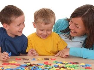 Мама с детьми учатся собирать слова из букв