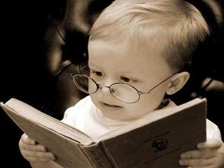 Маленький ребенок с книжкой