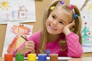 Девочка представляет свой будущий рисунок