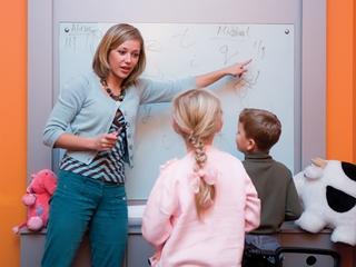 Учительница учит детей