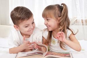 Мальчик и девочка рады новой книжке