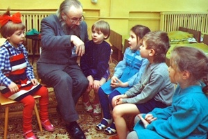Дедушка рассказывает детям историю