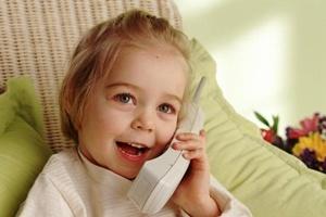 Девочка общается по телефону