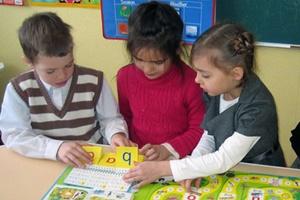 Дети учат алфавит с помощью карточек