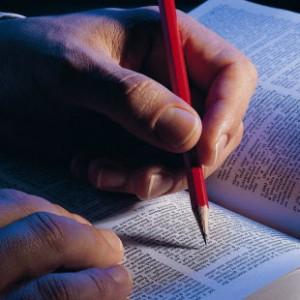 Выделение карандашом основных мыслей в книге
