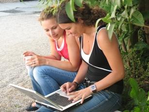 Девушки используют ноутбук в любом месте